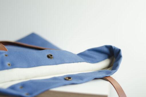 Los detalles del bolso Monochrome azul marcan la diferencia