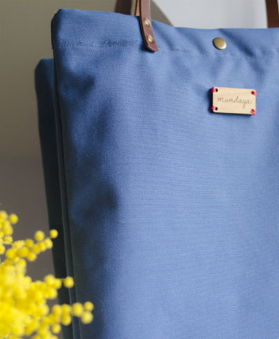 El bolso Monochrome azul está hecho a mano