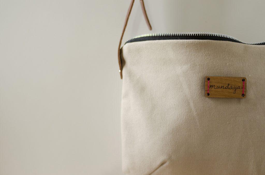 El bolso Nameless de Mundaya en color beige tiene muchos detalles que lo hacen bonito y original.