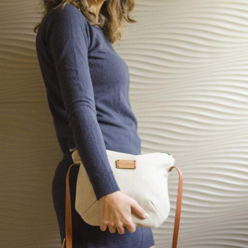 El bolso Nameless de color beige tiene un tamaño muy versátil.