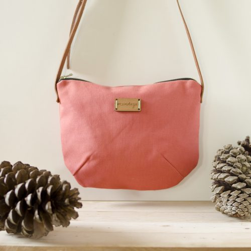 Mundaya presenta su crossbody Nameless en color rosa fresa.