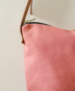 El bolso Nameless en color rosa fresa es original, cómodo y bonito.