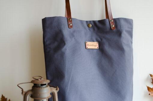 Bolso Monochrome gris oscuro, bonito, ponible y muy de moda.