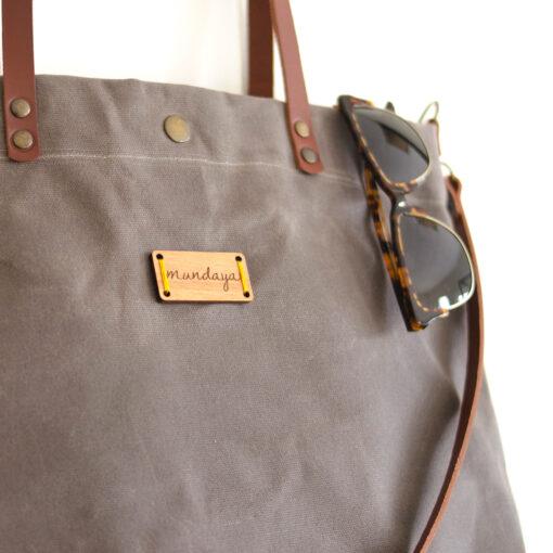 El tote bag Alondra encerado en gris combina con todo
