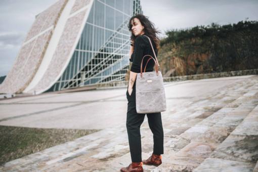Bolso Tote Bag Alondra Encerado en color Gris, en la Ciudad de la Cultura, Santiago. El bolso de las emprendedoras.
